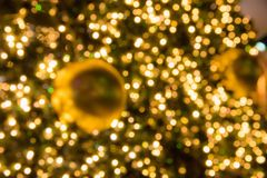 Kerstmis glod bal op de gloeiende slinger van de takkenspar, Kerstmis of de Nieuwjaar` s achtergrond Stock Foto