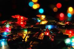 Kerstmis gloeiende elektrische slinger met lichten op een bokeh Stock Fotografie