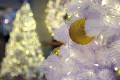 Kerstmis Gouden bal Stock Afbeelding