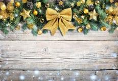Kerstmis Gouden Ornament met Sneeuwval op Uitstekende Houten royalty-vrije stock foto's
