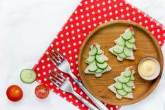 Kerstmis grappige sandwiches met komkommerplak, tomatenster en Royalty-vrije Stock Afbeelding