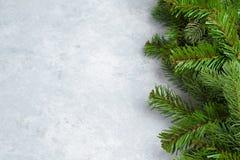 Kerstmis groen die kader op blauwe achtergrond wordt geïsoleerd royalty-vrije stock fotografie