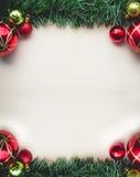 Kerstmis Groen Gras op Lege Ruimte van Oud Document met Ballen en Stock Afbeeldingen