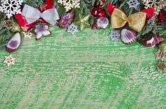 Kerstmis groene achtergrond op een houten oppervlakte, overvloed van ruimte voor etikettering Twijgenjeneverbes, boomdecoratie en Stock Fotografie