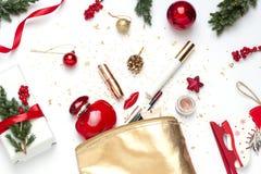 Kerstmis, het conceptenvlakte van de Nieuwjaarschoonheid legt met kosmetische gift voor haar royalty-vrije stock foto's