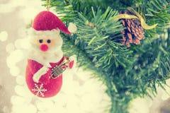 Kerstmis het huidige santa hangen op pijnboomboom Vrolijke Kerstmis en Gelukkig Nieuwjaar Stock Foto