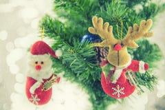 Kerstmis het huidige santa hangen op pijnboomboom Vrolijke Kerstmis en Gelukkig Nieuwjaar Stock Foto's