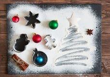 Kerstmis het koken De Kerstmisboom maakte van bloem op een donkere lijst, ingrediënten voor baksel op donkere achtergrond, hoogst Royalty-vrije Stock Afbeeldingen