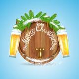 Kerstmis het van letters voorzien op houten vat met sneeuwsparrentak en bier van glas Stock Fotografie