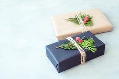 Kerstmis het verpakken Giftvakje, heden met ambacht verpakkend document, streng, naaldtakken stock fotografie