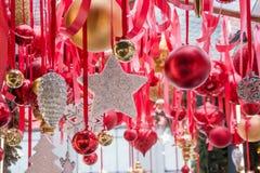 Kerstmis het witte ster handcrafted hangen op rode linten in eerlijke kiosk voor workshop en verkoop Kerstmisgiften outdoors royalty-vrije stock foto