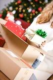 Kerstmis: Het zetten van Verpakte Giften in Doos Stock Foto