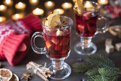 Kerstmis hete overwogen wijn met pijpjes kaneel stock foto