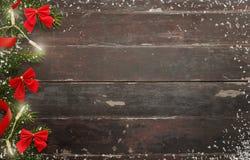 Kerstmis houten achtergrond met Kerstboom en rode bogen Royalty-vrije Stock Fotografie