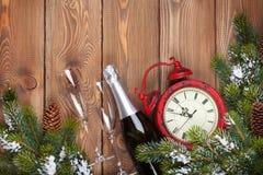 Kerstmis houten achtergrond met klok, champagne en sneeuwspar t Royalty-vrije Stock Foto's