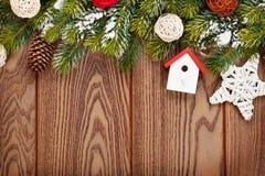 Kerstmis houten achtergrond met sneeuwspar en decor stock fotografie
