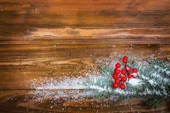 Kerstmis houten achtergrond met sneeuwtak Hoogste mening met exemplaarruimte voor uw tekst Stock Foto's