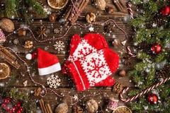 Kerstmis houten achtergrond met spar en vuisthandschoenen royalty-vrije stock afbeelding