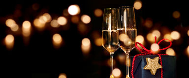 Kerstmis huidig met champagneglazen Royalty-vrije Stock Foto's