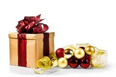 Kerstmis huidig met Kerstmisbellen en lint Stock Foto