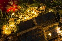 Kerstmis huidig op abstracte onscherpe achtergrond Stock Afbeeldingen