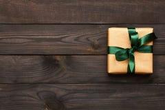 Kerstmis huidig op houten achtergrond Stock Afbeeldingen