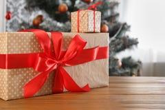 Kerstmis huidig op verfraaide boomachtergrond, vakantieconcept Stock Afbeelding