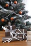 Kerstmis huidig op verfraaide boomachtergrond, vakantieconcept Stock Foto's