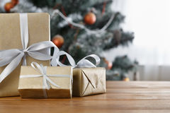 Kerstmis huidig op verfraaide boomachtergrond, vakantieconcept Royalty-vrije Stock Foto