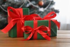 Kerstmis huidig op verfraaide boomachtergrond, vakantieconcept Royalty-vrije Stock Fotografie