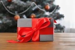 Kerstmis huidig op verfraaide boomachtergrond, vakantieconcept Royalty-vrije Stock Afbeelding