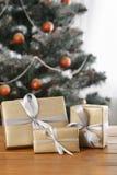 Kerstmis huidig op verfraaide boomachtergrond, vakantieconcept Royalty-vrije Stock Foto's