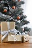 Kerstmis huidig op verfraaide boomachtergrond, vakantieconcept Royalty-vrije Stock Afbeeldingen
