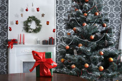 Kerstmis huidig op verfraaide ruimteachtergrond, vakantieconcept Stock Foto