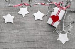 Kerstmis huidig voor een bon op een houten achtergrond stock afbeeldingen