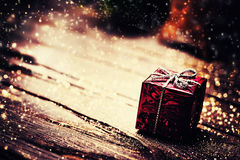 Kerstmis huidige doos met decoratie op donkere houten backgro Stock Afbeelding