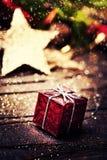 Kerstmis huidige doos met decoratie op donkere houten backgro Stock Foto's