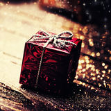 Kerstmis huidige doos met decoratie op donkere houten backgro Stock Foto