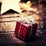 Kerstmis huidige doos met decoratie op donkere houten backgro Royalty-vrije Stock Foto