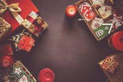 Kerstmis huidige dozen en doos met houten speelgoed op bruine achtergrond royalty-vrije stock foto's