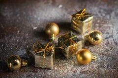 Kerstmis huidige mini gouden doos op de sneeuwachtergrond Sluit omhoog De viering van de Kerstmisvakantie en nieuw jaarconcept De stock foto's