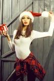 Kerstmis jonge vrouw binnen stock afbeelding