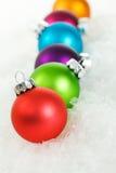Kerstmis: Kerstboomornamenten in Sneeuw Royalty-vrije Stock Fotografie