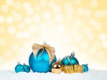 Kerstmis kleurrijk decor over sneeuw Stock Foto