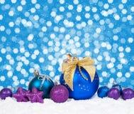 Kerstmis kleurrijk decor over sneeuw stock afbeeldingen