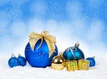 Kerstmis kleurrijk decor over sneeuw royalty-vrije stock foto