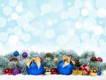 Kerstmis kleurrijke decor en sneeuwspar Royalty-vrije Stock Afbeelding