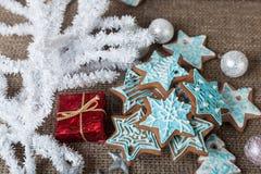 Kerstmis kleurrijke peperkoek en Kerstmisdecoratie op een bruine achtergrond Royalty-vrije Stock Foto's