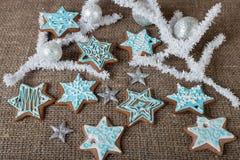 Kerstmis kleurrijke peperkoek en Kerstmisdecoratie op een bruine achtergrond Royalty-vrije Stock Afbeeldingen