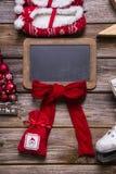 Kerstmis of komst houten teken met rode decoratie voor een greeti royalty-vrije stock afbeeldingen
